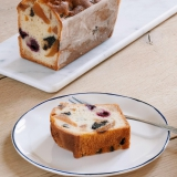 A l'heure du goûter, une part de cake généreusement garni en fruits confits... un délice !  Tous nos cakes sont expédiables ☺️ . . . #jeanpaulhevin #maisonhévin #hevinforever #cake #patisserie #patissier #cakeauxfruits #cakeauxfruitsconfits #instapastry #patisseriefrancaise